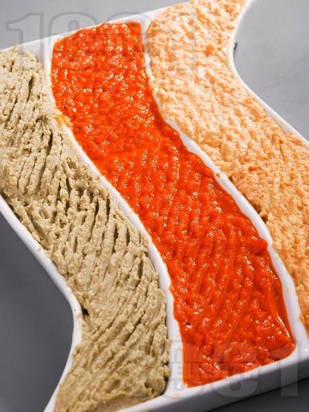 Чеснов пастет от печени червени чушки и извара - снимка на рецептата